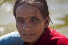 BADAMI : ELLE LAVE AU BORD DU LAC (pierre.arnoldi) Tags: inde india badami pierrearnoldi karnataka lac ellelave photoderue photooriginale photocouleur photodevoyage