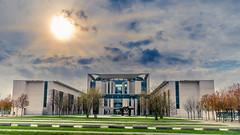 Licht und Schatten über dem Kanzleramt (markus.hermenau) Tags: berlin sonne kanzleramt bundeskanzleramt bundeskanzler gebäude wolken gegenlicht sonnenstrahlen