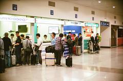 胡志明機場出境處的換錢所 (tsaiid) Tags: fujicolorsuperiaxtra400 leicam6 noctilux 胡志明市 越南