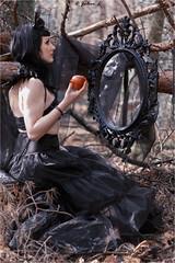 Mam Zell (ju.lepine) Tags: julienlépine modèle photo nature disney robe black pose miroir pomme bijoux gothique bois foret canon canonphotography