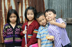 children (the foreign photographer - ฝรั่งถ่) Tags: four children two boys girls rusty corrugated iron fence khlong thanon portraits bangkhen bangkok thailand canon kiss