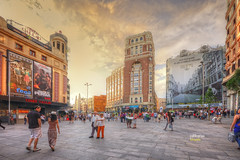 (309/17) Paseando por Madrid: Plaza de Callao (Pablo Arias) Tags: pabloarias photoshop photomatix nxd españa cielo nubes arquitectura plaza callao gente atardecer maadrid centro comunidaddemadrid