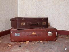 Haus der alten Dame 60 (Moddersonne) Tags: lost place urbex verlassen abandoned decay verfall haus der alten dame bauernhaus house koffer