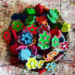 Flores pintadas, agora é hora de furar! #flores #flordemadeira #artesanatomineiro #artesanato #decorar (fabriciabarcelos) Tags: artesanatomineiro flores artesanato decorar flordemadeira
