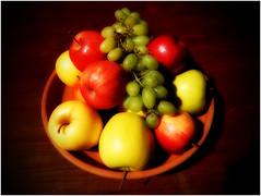 still life (kurtwolf303) Tags: stilllife stillleben fruits früchte äpfel apples weintrauben grapes schüssel dark orton dunkel bowl nikoncoolpixs9900 compactcamera unlimitedphotos 250v10f topf25 topf50 topf75 500v20f kurtwolf303 1000v40f topf100 1500v60f 2000views 2500views
