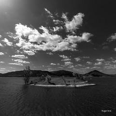 Mon ile ! (Jacques Isner) Tags: salagou lacdesalagou pentax pentaxart pentaxflickraward pentaxk1 paysage formatcarré jacquesisner cloud ciel noiretblanc
