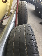 Erste Neuerung am Van sind ein Satz neuer Reifen - die alten im Vordergrund sind dann doch langsam runter.