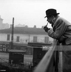 Anni 50, un illustre visitatore, Georges Simenon, si concede un momento di pausa e fuma la pipa sul ponte di San Cristoforo (Milàn l'era inscì) Tags: urbanfile milanl'erainscì milano milan oldpicture milanosparita vecchiefoto san cristoforo