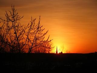 ** Le clocher dans le soleil couchant **