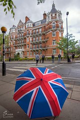 It rains... Abbey Road (Saioa Elizondo) Tags: london umbrella flag abbeyroad nikonflickraward nikonphotography nikon colors road travel pov pointofview londres