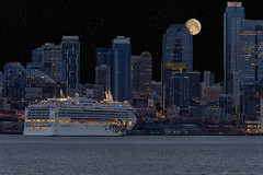 Seattle Cruse (l.gallier) Tags: bluehour 300mm spaceneedle baots cruseships may2017 seattle ferryboats