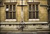 1995-12-12-0001.jpg (Fotorob) Tags: compositie engeland onderwijsenwetenschap oxfordshire voorwerpenoppleinened fiets cultgezondhwetenschap allesmobiel universiteitsgebouw anoniem erfscheiding deurenramen analoog architecture tafereel england architectura architectuur oxford