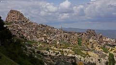 Uchisar, Kapadocja (dreptacz) Tags: turcja góra jaskinie okna skała kapadocja uchisar krajobraz widok chmury sony slt slt55 lustrzanka azja drzewa rośliny zielony meczet inspiredbylove worldtrekker