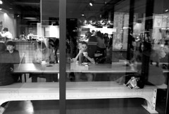 En su mundo (no sabemos cómo llamarnos) Tags: street streetphotography photoderue urbanphotography fotourbana fotocallejera café coffee cafeteria reflejo woman monochrome monocromático noiretblanc blancoynegro blackandwhite bar
