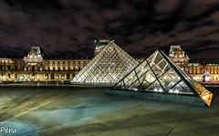 Dos piramides (Perurena) Tags: piramides arquitectura arte ingenieria plaza square noche night nocturna largaexposición longexposure cristal acero glass iron museo museodellouvre paris francia