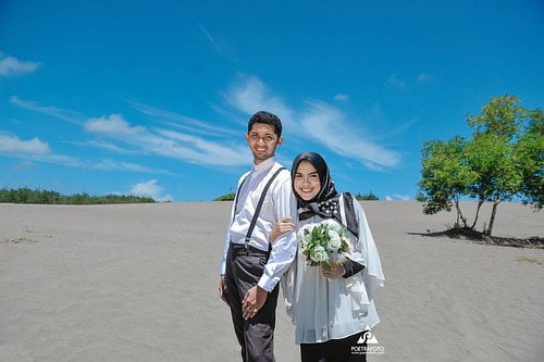 Foto Prewedding Outdoor Konsep Simpel Hijab Casual Buat Kk