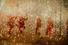 Ball de Diables (crossa) Tags: foc fuego fire diables balldediables correfoc runfire pirotecnia valls correfocdesantjoan catalunya nikon d300s 18105mm nocturna nit noche night tradició tradition tradición carretillada visitavalls