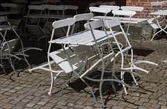 Jour de congé (day off) (Larch) Tags: congé jourdecongé dayoff fermé closed restaurant dehors outside oslo norvège norway table chaise chair blanc white ombre shadow