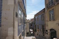 Arco de Jesús. Lisboa (Portugal) (pepecuadro) Tags: lisboa lisbon portugal turismo tourism arco arc cerámica ceramics azulejo tile farola streetlight baranda railing geografíaurbana urbano urbanismo ciudad antena degradación nubes