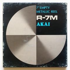 Akai, bobine métallique vide (Japon, c. 1980) (Cletus Awreetus) Tags: enregistrement recording audio bandemagnétique soundrecordingtape vintage reel bobine empty vide métal boîte carton akai