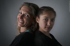 Portrait mère fille (Vincent Chambon Photographie sociale) Tags: evenement photographie bellelumiere entreprise flash particulier professionnel qualité strobist studio famille enfant portrait