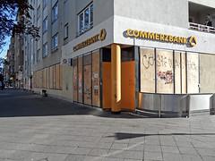 Berlin am 30. April 2017 (onnola) Tags: berlin neukölln deutschland germany 1mai verrammelt blocked schaufenster window bank commerzbank