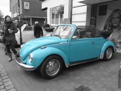 Käfer-Beetle (Anke knipst) Tags: oldtimer vw vintagecar cabrio türkis turquoise blue schlumpf smurf convertible selektiv schwarz weis bw sw volkswagen 1303