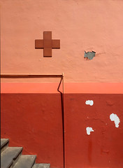 (atomareaufruestung) Tags: help medicine medical rettungssation rettungsdienst wandfarbe norden north norte bajamar tenerife 2017 stairs wall cross red roja rot kreuz cruz march marzo outside nopeople verfallen decay urban urbandecay detail iphone snapshot geometrie geo symmetry geometry anordnung pattern verarztet roteskreuz rettungsschwimmer küste coast lifeguard socorrista puestodesocorro socorro rescuecenter coastguardstation coastguard firstaid aid