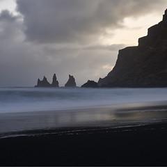 Reynisdrangar #4 ~ Vík [ Islande ~ Iceland ] (emvri85) Tags: islande iceland zeiss nd8 50mm vik plage beach sand sable noir aiguilles hiver winter víkímýrdal vagues waves neige snow d800e leefilters