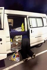 Micha sucht irgendwas in den Untiefen unseres Vans. Wer zu faul zum Umbauen ist, muss eben reinkriechen.