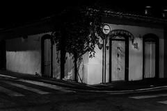 casarão, centro, cidade, São Sebastião (Luiz Leite7) Tags: brilho luz branco estrelas horizonte tijolos concreto janelas tinta paredes prédios casas arvores antenas telhados linhas escuro cinza praias litoral sãopaulo brasil