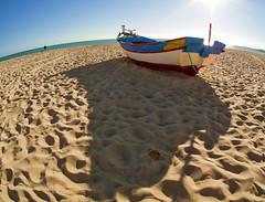 O barco (Chizuka2010) Tags: barco boat fishingboat embarcation bateau travelphotography portugal algarve water beach plage praia fisheyelens rokinon75mm olympus sun sunlight wideangle rays soleil rayons de obarco europe