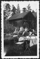 Archiv M730 Soldaten im  Biergarten, Wehrmacht, Luftwaffe, 1930er (Hans-Michael Tappen) Tags: archivhansmichaeltappen soldaten wehrmacht uniform biergarten outdoor fotorahmen klappstuhl tischdecke tisch besucher kleidung outfit drittesreich thirdreich 1930er 1930s