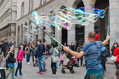 IMG_7382 (ilGabbiano) Tags: milano milan bolledisapone sapone bolle artistidistrada buskers soapbubbles duomo duomodimilano piazzaduomo