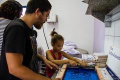 Elisângela Leite_5 (REDES DA MARÉ) Tags: américa brasil complexodamaré doglaslopes favela latina maré marésemfronteiras novamaré ong redesdamaré riodejaneiro aula criança desenho serigrafia