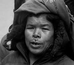 NEPAL, Auf dem Weg nach Pokhara, Menschen unterwegs,  Nepalesin, 16032/8295 (roba66) Tags: reisen travel explore voyages roba66 visit urlaub nepal asien asia südasien pokhara blackwhite bw sw branco negro blackandwhite blancoenero blancoynegro monochrome byn bretoebranco einfarbig schwarzweis menschen people leute frau woman portrait lady portraiture gesicht face boys jungen