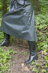 5DA08524_Gummi_am_Altrhein (helani44) Tags: gummimantel gummistiefel regenmantel gummihut gummhandschuhe kleppermantel