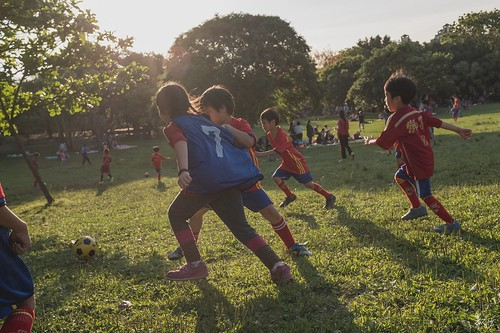 追逐夢想的孩子-新莊運動公園| 很喜歡這張照片,既是紀實,卻帶暗喻。 腳下的那顆球,就像夢想般,追的到卻無法永遠留住,追不到的則大有人在,孩子拉扯的動作又何嘗不像我們大人一樣,追求理想的過程中,不免與其他人有所拉扯。
