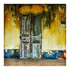 porte à Grand Bassam (Marie Hacene) Tags: afrique côtedivoire grandbassam porte façade maison rue textures ancien colonial unesco