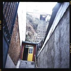 Espiritu Santo (KOPH_Studio) Tags: 6x6 yashica fujifilm valparaiso elevator ascensor espiritu santo chile