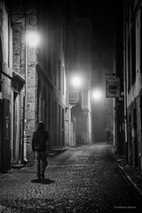 Soir de brume! (guillaumegesret) Tags: brouillard rue saintmalo street life lifestyle light streetview streetphotogrpahie streetphotographer structure streetart streetphotography style black blanc blackandwhite blackwhite noiretblanc rock human humaniste humain monochrome moment boy