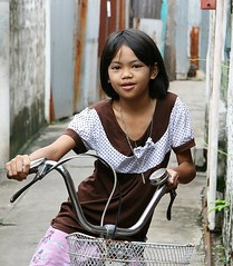 girl on a bicycle (the foreign photographer - ฝรั่งถ่) Tags: girl child bicycle khlong thanon portraits bangkhen bangkok thailand canon kiss