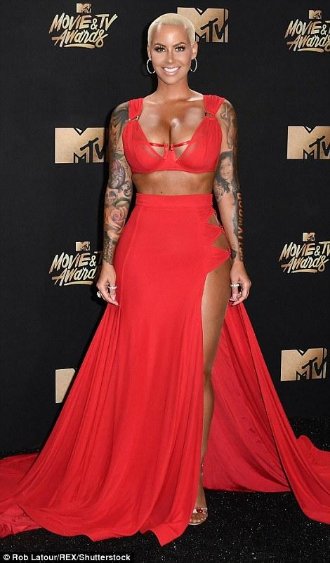 Thảm đỏ MTV Movie & TV Awards: Cara khoe đầu trọc, các sao tạo dáng khó khăn vì mưa đá - Ảnh 2.
