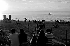 Street artist (Andrés Luis Muñoz) Tags: beach playa nikon d3300 artist street blancoynegro bw blackandwhite monocromo sunset afternoon miramar cordoba argentina audience espectadores latinamerica latinoamerica ansenuza lago laguna contraluz atardecer luz light people personas gente artista blackwhitephotos