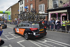 Tour De Yorkshire Stage 2 (686) (rs1979) Tags: tourdeyorkshire yorkshire cyclerace cycling teamcar teamcars tourdeyorkshire2017 tourdeyorkshire2017stage2 stage2 knaresborough harrogate nidderdale niddgorge northyorkshire highstreet
