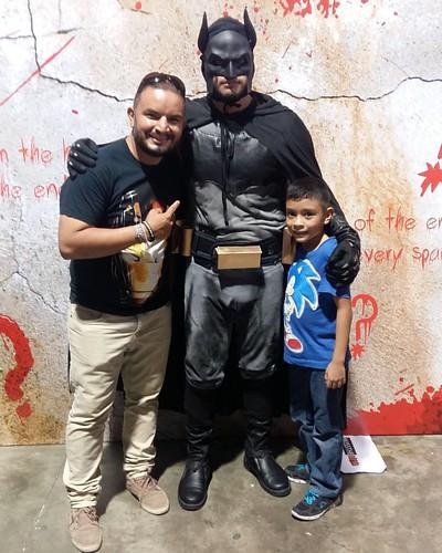 Tuvimos el placer de conocer a #Batman #LaFotoConGer #DanielSanchez180 #ComicConSv #LaVidaEsChula #GersonSanchez180 #UnDiaALaVez 😎 😉 👊 👑 🎬 ☝ 📷