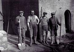 Arbeiders bij de stokerij van de Catalafabriek (Erfgoedcel Pajottenland Zennevallei) Tags: industrie drogenbos fabrieksburen