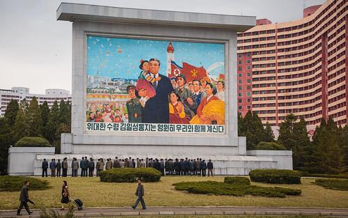 Fresque a la gloire de Kim Il-Sung a Pyongyang