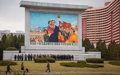 Fresque a la gloire de Kim Il-Sung a Pyongyang (The French Travel Photographer) Tags: dprk sceneurbaine reportage kimilsung urbain detailsurbains fresque citystreetlife people passant pyongyang streetphoto flickrcomsebmar northkorea ©sébmar instagramsebas urban