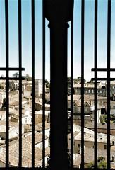 an imprisoned village (omnia_mutantur) Tags: village ville town cage gabbia jaula gaiola saintémilion gironde aquitaine aquitania gironda tetti telhados toits techos roofs francia france frança finestra ventana window janela fenêtre